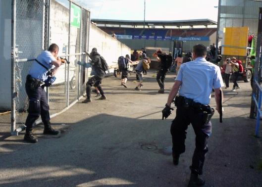 Ausgangslage: Alle Besetzer sind auf dem Areal und wollen schießen und prügeln auf sie ein.
