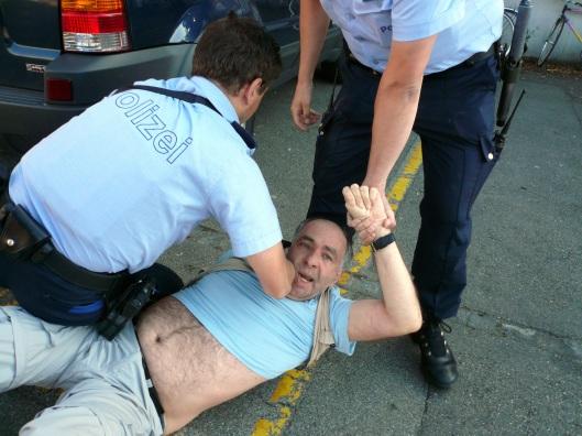 Brutale Festnahme des Pressefotografen Klaus Ròzsa